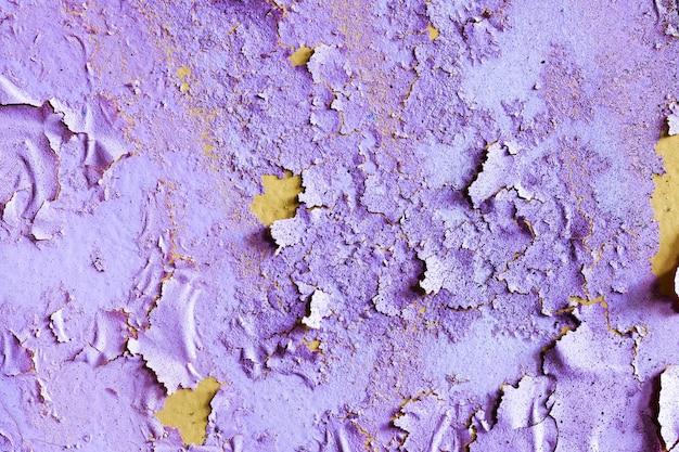 Stenen muur met gebarsten paarse verf. achtergrond voor ontwerp. grunge textuur. hoge kwaliteit foto