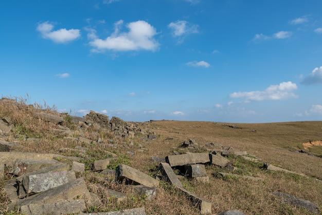 Stenen op de plateauweide onder de blauwe lucht