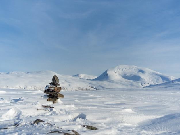 Stenen op de top van de heuvel