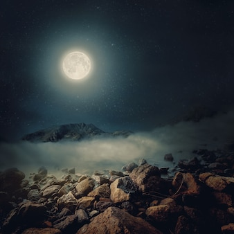 Stenen op een achtergrond van wazig zee met uitzicht op de bergen