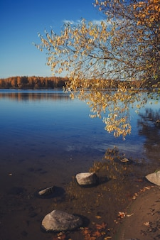 Stenen op het blauwe meer