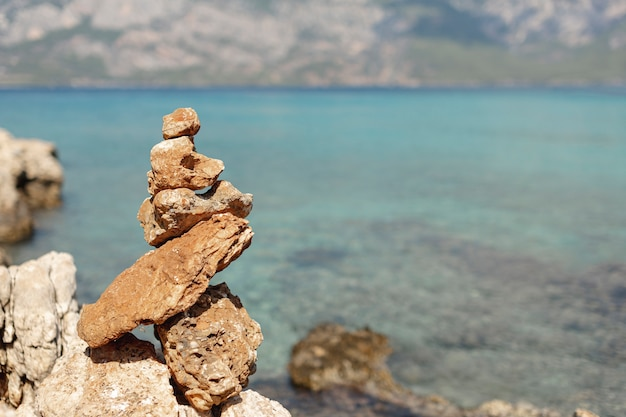 Stenen op onscherpe zee achtergrond