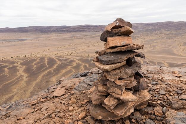 Stenen paalmarkering op de bergtop