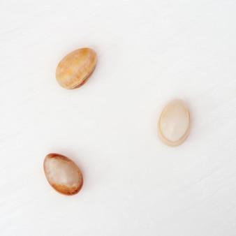 Stenen paaseieren op tafel