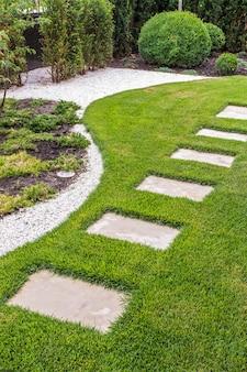 Stenen pad in de tuin van stenen platen