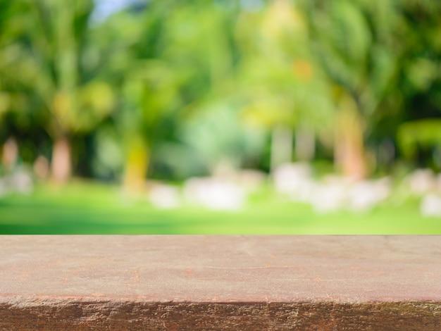 Stenen plank lege tafel voor wazige achtergrond. perspectief bruine steen over vervagen bomen in het bos