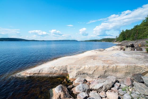 Stenen plateau aan de oever van het eiland aan het meer