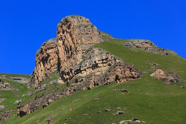 Stenen richel van een rotsachtige bergkam tegen de blauwe lucht