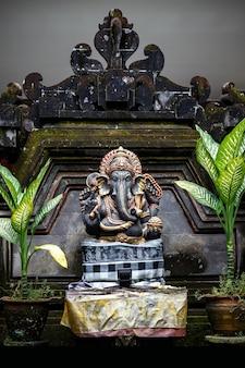Stenen sculptuur van ganesha in ubud, bali, indonesië.