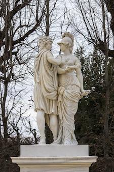 Stenen sculptuur van twee personen en een met twee gezichten die de tuinen van paleis schönbrunn sieren,