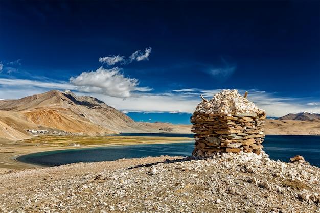 Stenen steenhoop aan het himalaya-meer tso moriri,