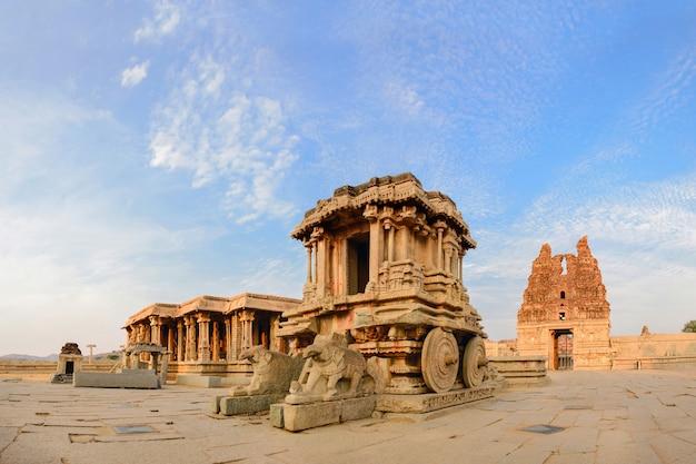Stenen strijdwagen in de tempel van hampi vittala bij zonsondergang