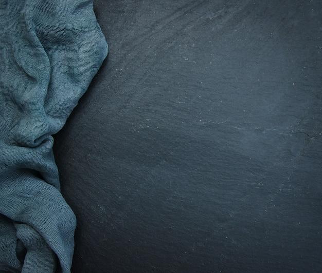 Stenen tafel met handdoek