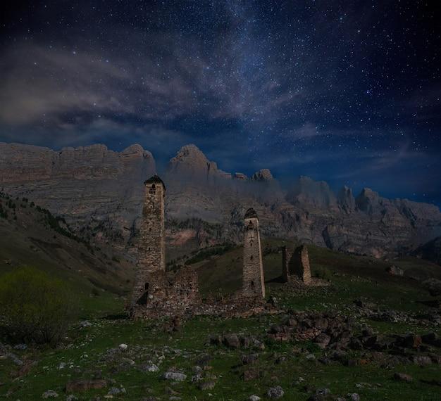 Stenen torens in de bergen 's nachts