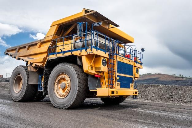 Stenen transport door dumptrucks. grote gele vrachtwagen. transportsector.