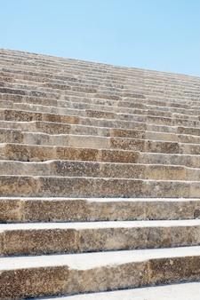 Stenen trap in de beroemde griekse tempel, lindos acropolis rhodos athena tempel, griekenland