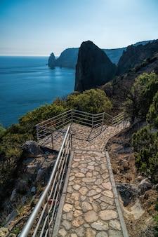 Stenen trap op het pad dat van het st george-klooster naar jasper beach cape fiolent crimea leidt