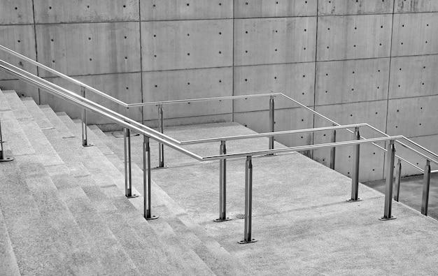 Stenen trap stappen achtergrond met aluminium handvat