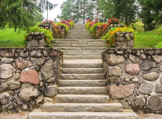 Stenen trappen met bloemen in stadspark, jyvaskyla, finland