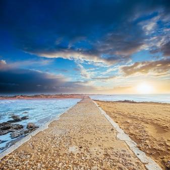 Stenen weg aan zee