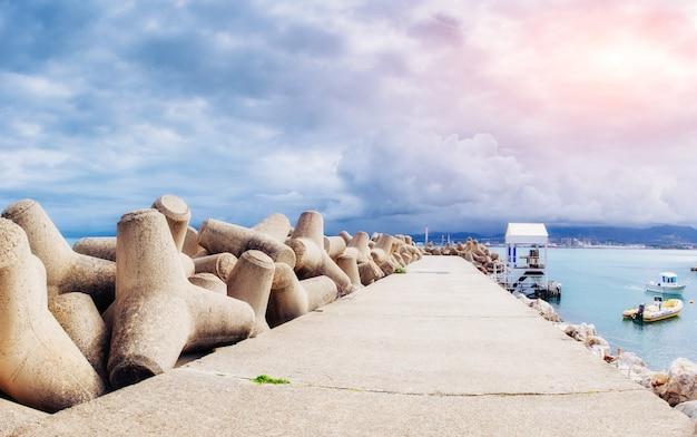 Stenen weg door de zee