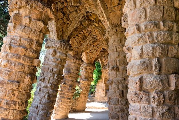 Stenen zuilen in de zuilengalerij van park guell, ontworpen door gaudi, barcelona, catalonië, spanje