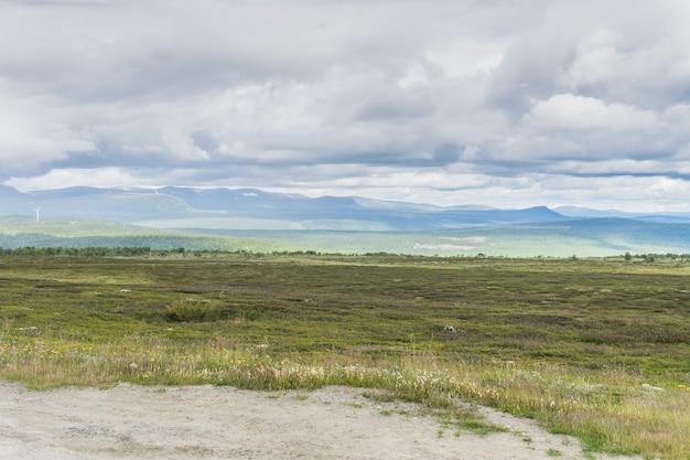Steppe, heuvels en wolken in zachte tinten, jamtland, zweden