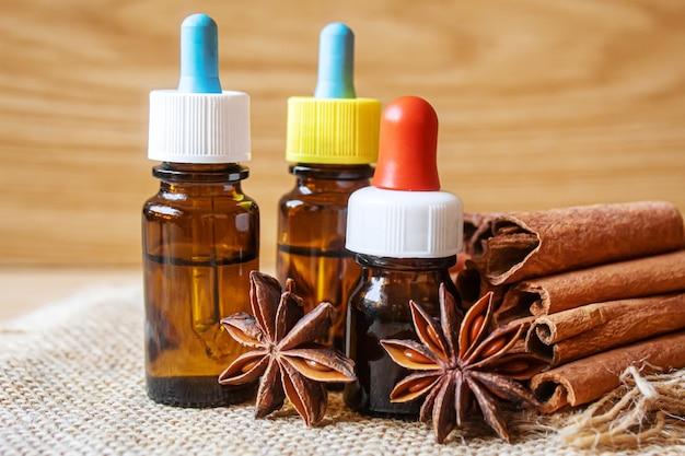 Steranijs en kaneelolie in een fles. selectieve aandacht. natuur