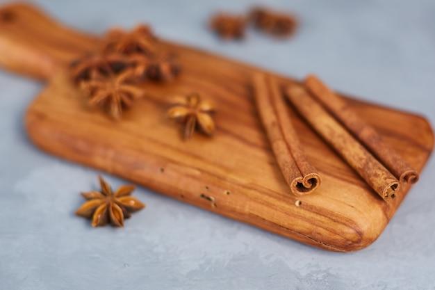 Steranijs, kaneel op een houten bord. detailopname.