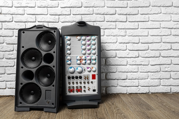 Stereo audiosysteem met grote luidsprekers en versterker