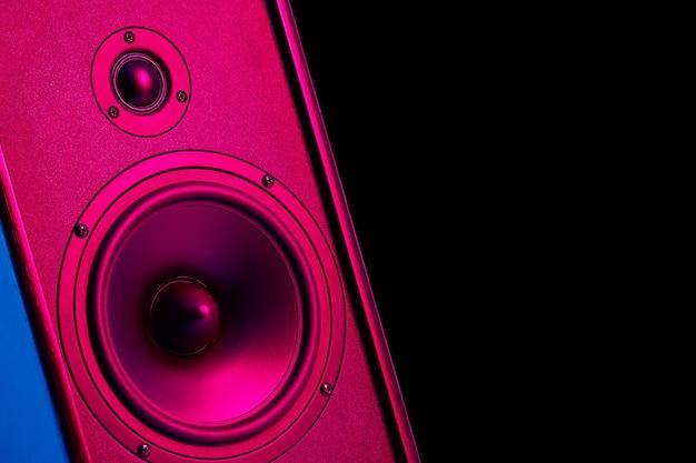 Stereoluidspreker met neonlicht op donkere achtergrond