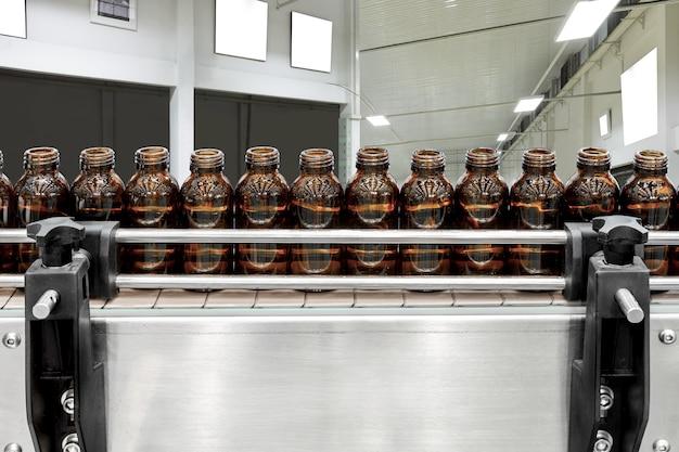 Steriele flessen op de productielijntransportband van de farmaceutische industrie