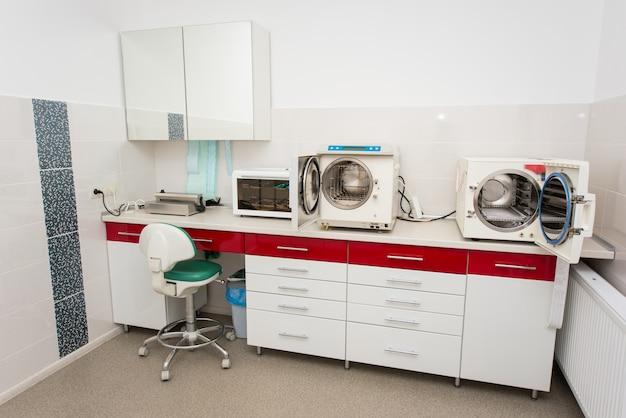 Sterilisatieruimte. werkplek in de tandheelkunde.