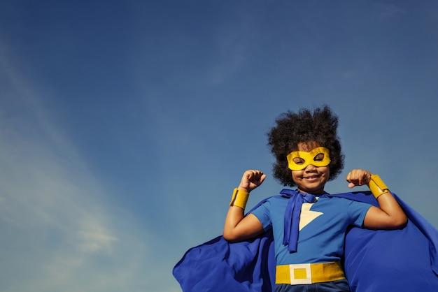 Sterk superheldenmeisje met superkrachten