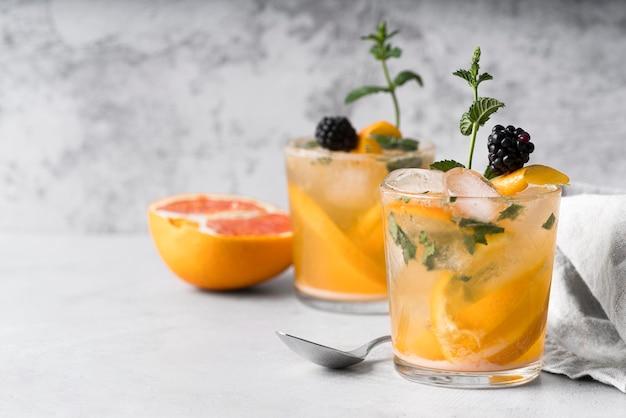 Sterke alcoholische drank met citroen en grapefruit