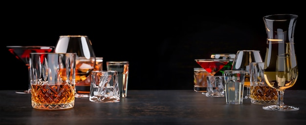Sterke alcoholische dranken op donkere achtergrond
