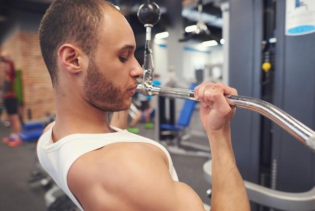 Sterke atleet die biceps-onderdelen traint