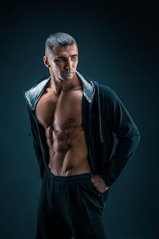 Sterke atletische man fitness model torso met zes pack abs.