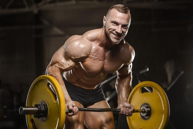 Sterke atletische man oppompen van spieren
