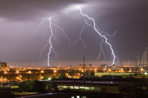 Sterke bliksemflits in de nachtelijke hemel boven de stad