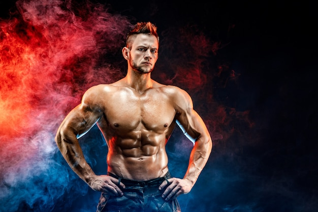Sterke bodybuilder man in militaire broek met perfecte buikspieren, schouders, biceps, triceps, borst