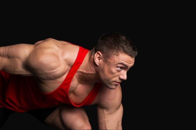 Sterke bodybuilder man klaar om te beginnen
