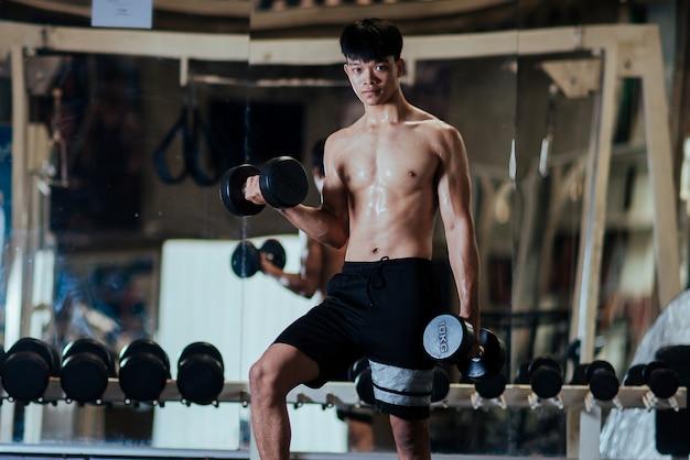 Sterke bodybuilder met perfecte deltaspierspieren