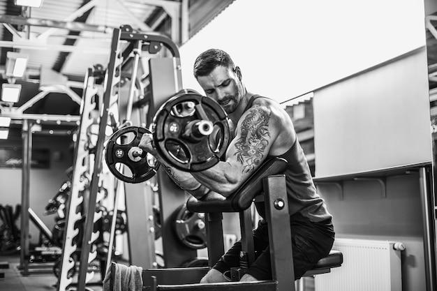 Sterke bodybuilder training in de sportschool