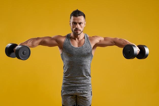 Sterke bodybuilder training met halters
