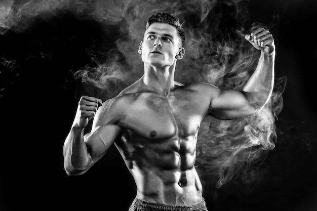 Sterke bodybuildermens met perfect lichaam