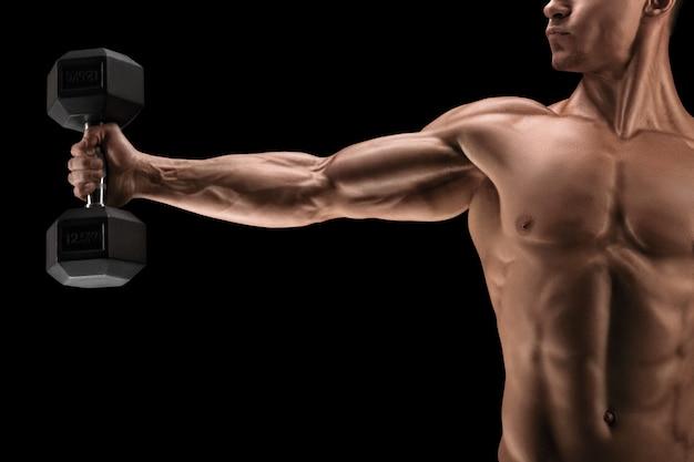 Sterke en krachtige bodybuilder die oefeningen met domoor doet