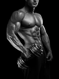 Sterke en krachtige bodybuilder doen oefeningen met halter
