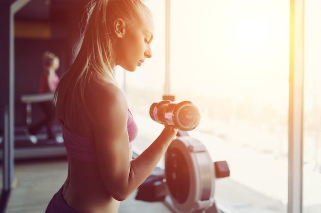 Sterke en mooie atletische vrouw training in de sportschool
