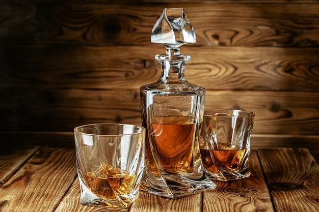 Sterke geesten ingesteld. harde alcoholische dranken in glazen